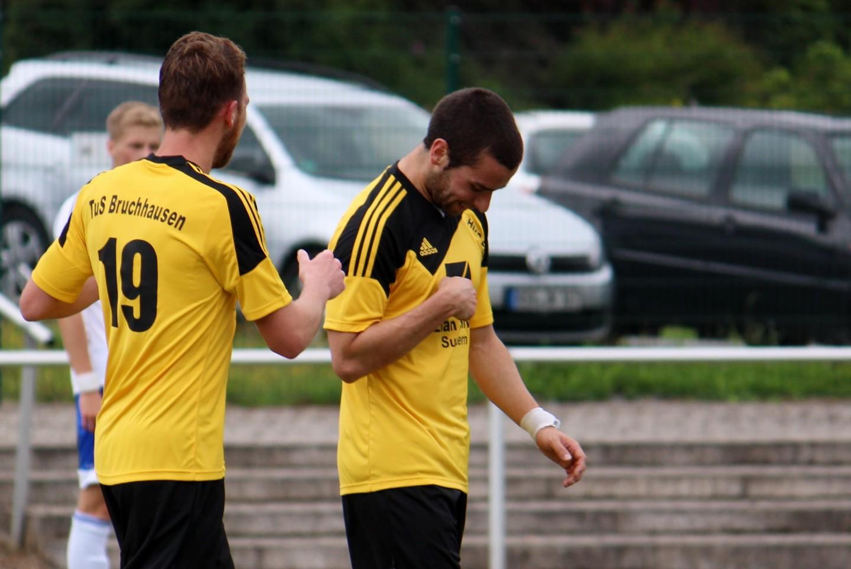 Tim Ballauf (Nr. 19) und Dennis Pérez Gomes treffen gegen den Bezirksligisten.